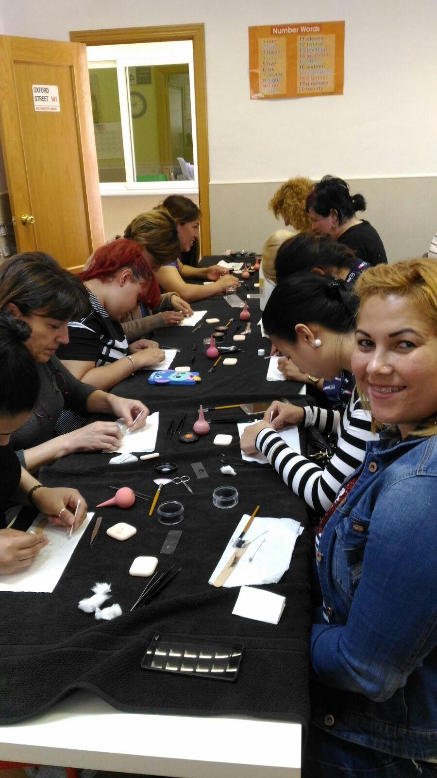 Foto alumnas del curso de extensiones de pestañas