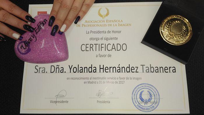 Diploma y Medalla de Oro entregado por AEDEPI a Yolanda Hernández