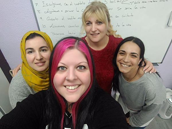 Foto con las alumnas del curso de acrílico y gel en grupo reducido del día 14/03/18