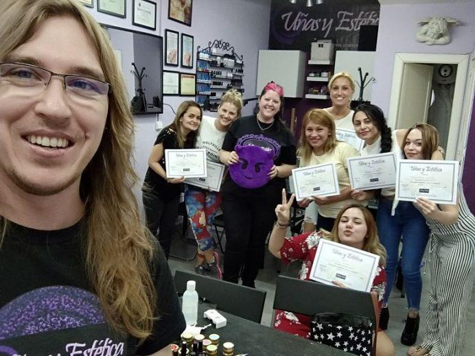 Foto final de curso con las alumnas del curso Completo de Manicura y Uñas de septiembre 2018