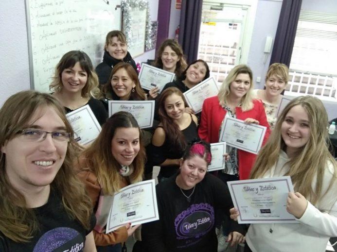 Foto con las alumnas del curso de esmalte permanente del día 16/12/18