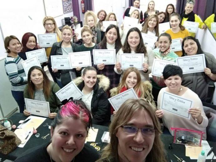 Foto con las alumnas del curso de extensión de pestañas del día 20/01/19