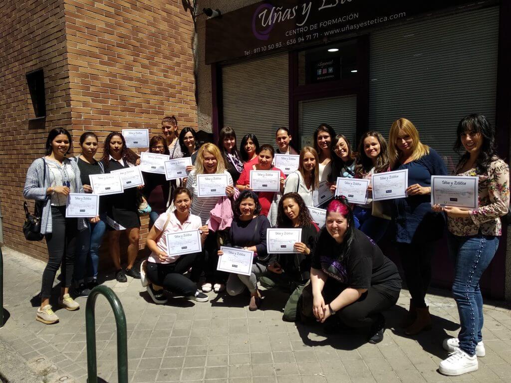 Foto con las alumnas del curso de extensión de pestañas del día 05/05/19