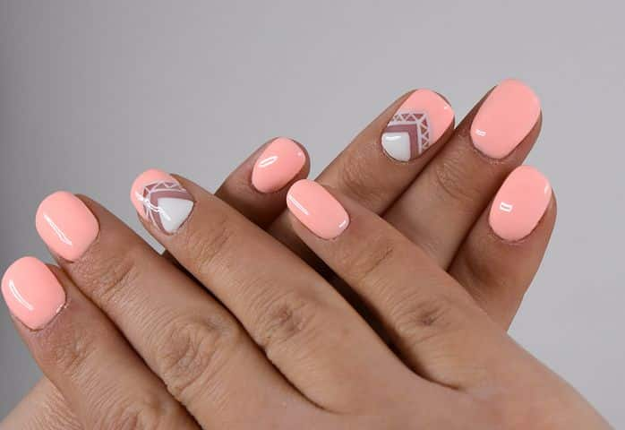 Como iluminar tu bronceado con estos colores en tus uñas