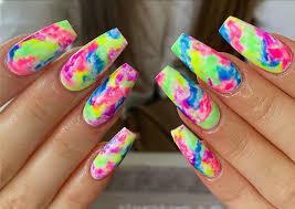 El tradicional tie-dye ahora se usa para las uñas - Tendencias - Uñas y Estetica
