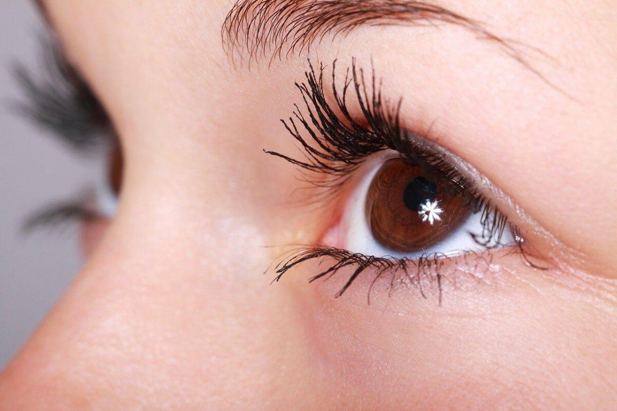 Efectos de las extensiones de pestañas que realzan la mirada