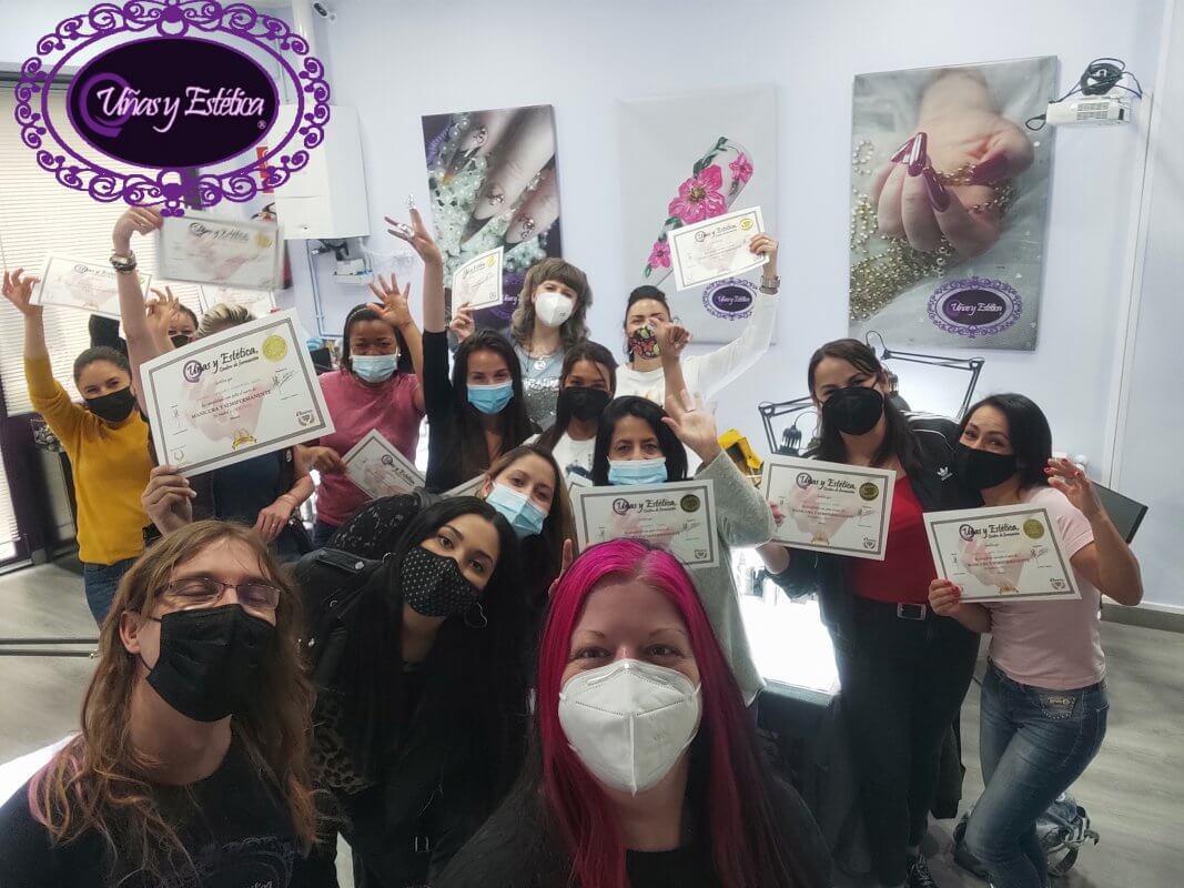 Alumnas graduadas en Manicura con torno y esmalte semipermanente. 23 de Mayo de 2021